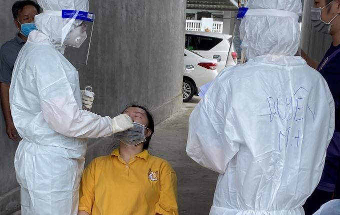Y tế lấy mẫu xét nghiệm khu vực An Thới ngay khi phát hiện chùm ca lây nhiễm mới. Ảnh: Cổng thông tin Đảng bộ tỉnh Kiên Giang.