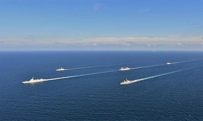Chiến hạm hải quân Trung Quốc và Singapore diễn tập ngày 22/9. Ảnh: BQP Singapore.