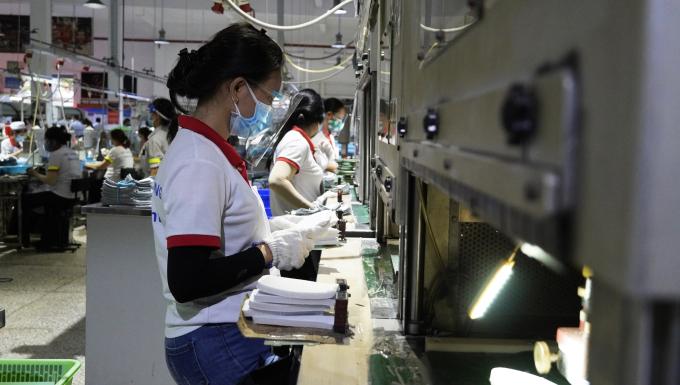 Công nhân tại Công ty TNHH giày Chin Luh (KCN Thuận Đạo, Bến Lức)
