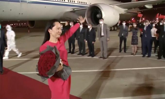 Giám đốc tài chính Huawei Mạnh Vãn Chu vẫy thay với các nhân viên tập đoàn và những người tới đón bà tại sân bay ở Thâm Quyến, Trung Quốc ngày 25/9. Ảnh: Reuters.