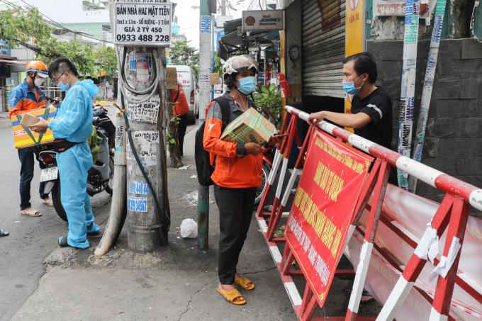 Chốt chặn cứng tại con hẻm trên đường Hoàng Trọng Mậu, quận 7. Ảnh: Đình Vui