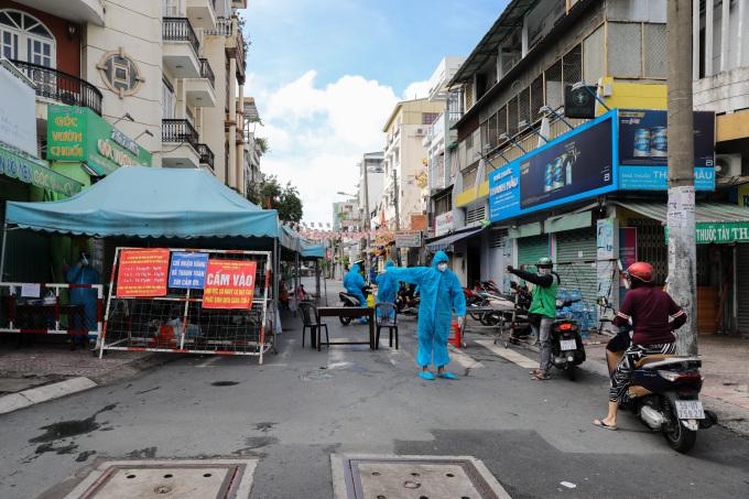Một chốt chặn ở đường Vườn Chuối, quận 3, ngày 30/7. Ảnh: Quỳnh Trần