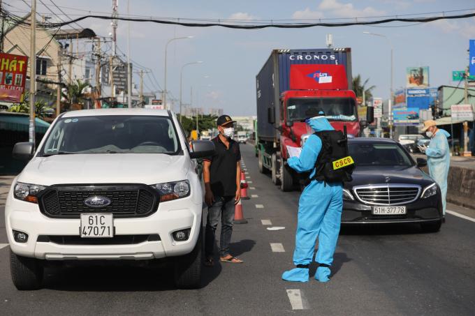 Quân đội cùng cảnh sát làm nhiệm vụ ở chốt kiểm soát tại TP HCM, tháng 8/2021. Ảnh: Quỳnh Trần