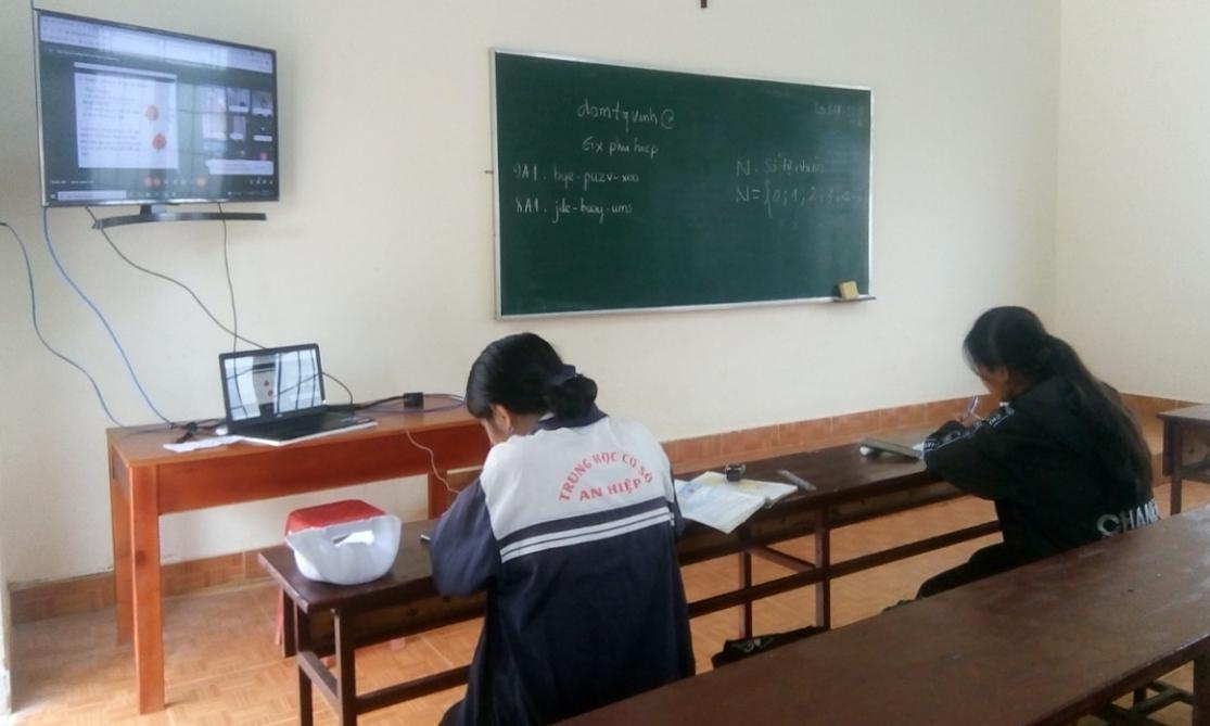 Lớp học online trong nhà thờ