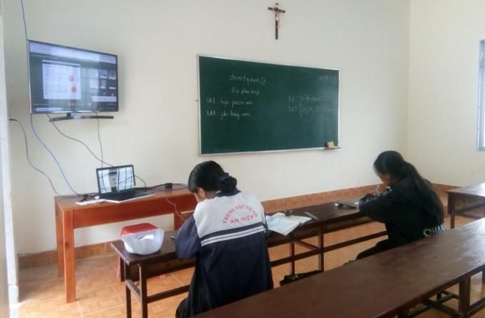 Một phòng học trực tuyến trong nhà thờ Gân-reo. Ảnh: Nhân vật cung cấp