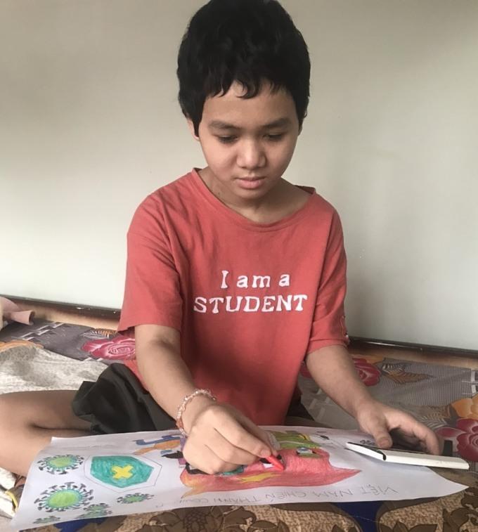 Cô bé Trần Huyền Khánh Linh ngồi vẽ tranh. Ảnh:Nhân vật cung cấp.