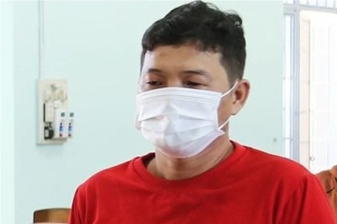 Phan Văn Hòa nghe đọc lệnh khởi tố, bắt giam, hôm 19/8. Ảnh: Công an Ninh Thuận