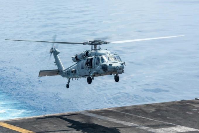 Trực thăng MH-60S Sea Hawk cất cánh từ tàu sân bay USS Ronald Reagan ở Biển Đông hôm 25/9. Ảnh: Dvidshub.