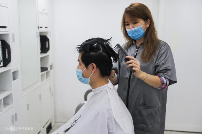 Dự thảo cho phép các tiệm hớt tóc hoạt động nhưng phải đảm bảo điều kiện phòng dịch. Ảnh: Quỳnh Trần