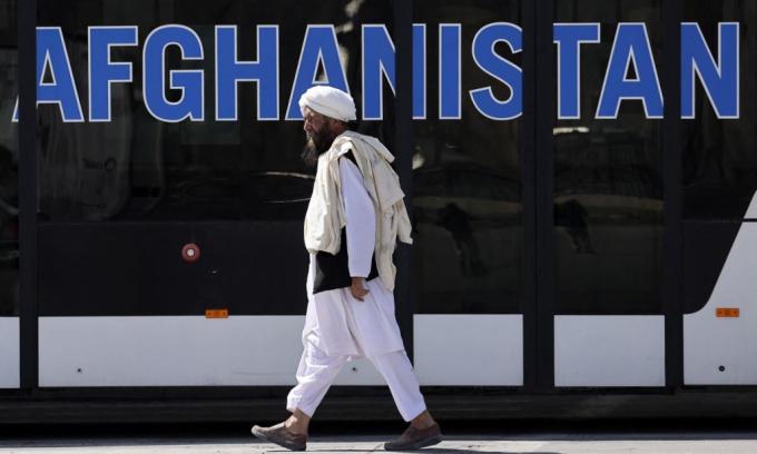 Một thành viên Taliban tại sân bay ở thủ đô Kabul, Afghanistan, hôm 13/9. Ảnh: AFP.