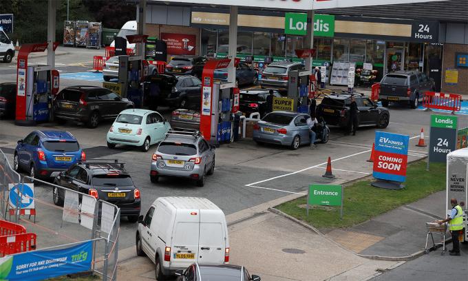 Ôtô xếp hàng chờ mua nhiên liệu ở một trạm xăng tại London, Anh ngày 25/9. Ảnh: Reuters.