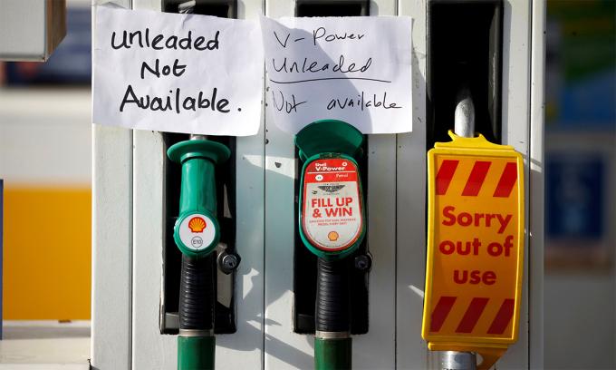 Thông báo hết hàng tại mtooj cây xăng ở Manchester, Anh ngày 24/9. Ảnh: Reuters.