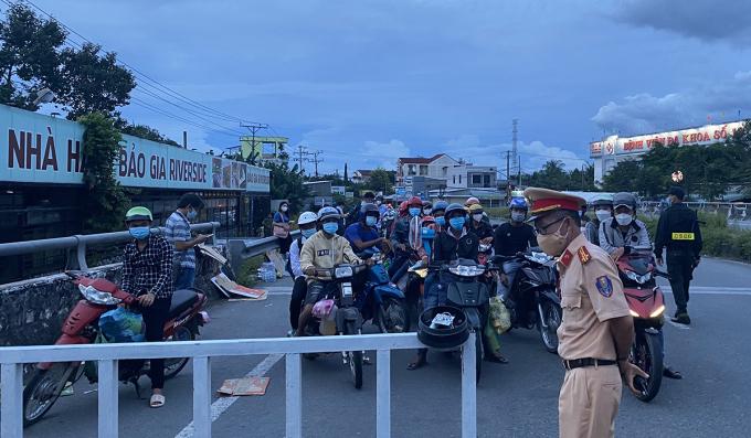 Nhiều người từ Long An, Tiền Giang chạy xe về Sóc Trăng, Bạc Liêu, Cà Mau bị chặn lại tại chốt kiểm soát ở cửa ngõ tỉnh Hậu Giang chiều 25/9. Ảnh: Cửu Long