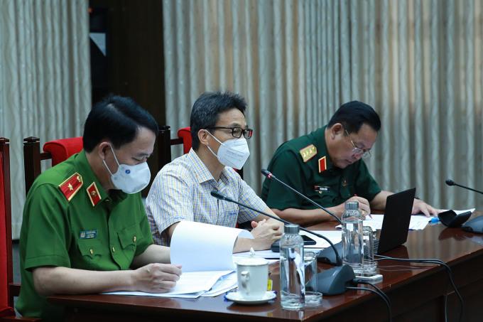 Phó Thủ tướng Vũ Đức Đam (giữa) cùng Tổ Công tác đặc biệt của Chính phủ thực hiện phòng, chống Covid-19 họp trực tuyến với 19 tỉnh phía nam, một số tỉnh Tây Nguyên, Nam Trung Bộ, chiều 28/9. Ảnh: VGP