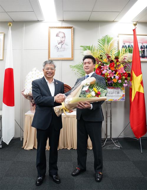 Đại sứ Vũ Bình tặng hoa thầy Nguyễn Duy Anh nhậm chức Chủ tịch Hội người Việt Nam tại Fukuoka nhiệm kỳ hai hôm 25/9. Ảnh: Nhân vật cung cấp