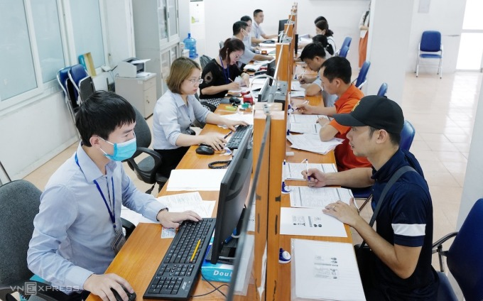 Người lao động làm thủ tục hưởng trợ cấp thất nghiệp tại Trung tâm Dịch vụ việc làm Hà Nội, tháng 6/2020. Ảnh: Ngọc Thành