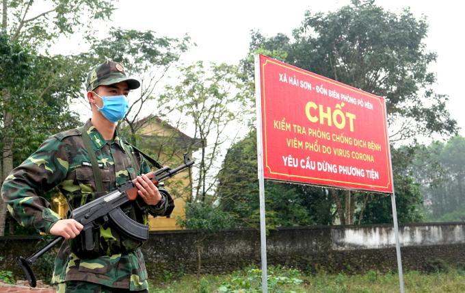 Bộ đội Biên phòng làm nhiệm vụ tại các chốt kiểm soát phòng chống dịch ở Quảng Ninh, năm 2020. Ảnh: Hoàng Thùy