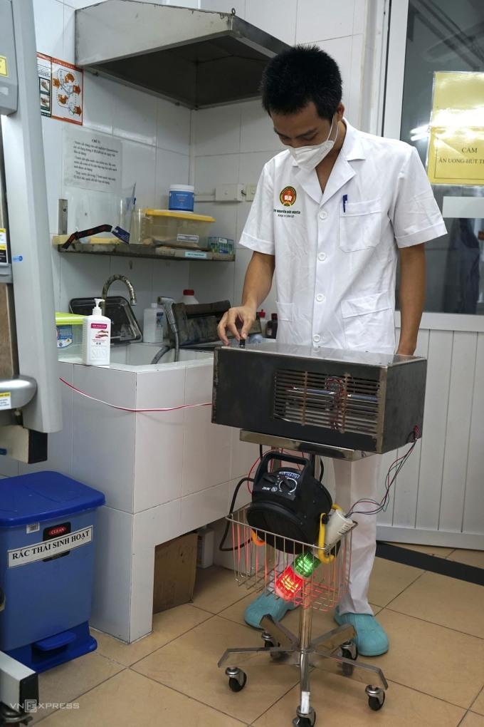 Bác sĩ Nguyễn Đức Nguyên, Bệnh viện 103 bấm nút khởi động máy sáng 30/9. Ảnh: Gia Chính