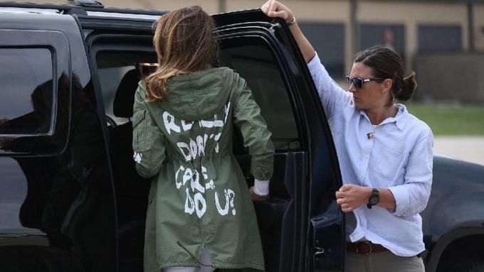 Melania mặc chiếc áo có dòng chữ Tôi chẳng quan tâm đâu khi tới Texas năm 2018. Ảnh: AFP.