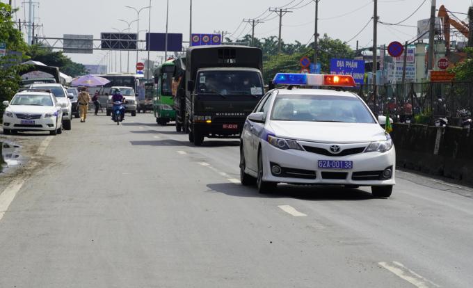 Xe đưa người dân rời TP HCM về miền Tây, sáng 1/10. Ảnh: Hoàng Nam