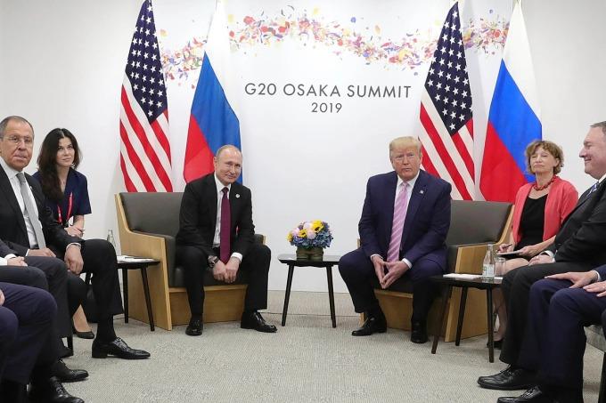 Daria Boyarskaya (thứ hai từ trái sang), trong cuộc hội đàm giữa Putin và Trump tại Osaka, Nhật Bản, năm 2019. Ảnh: AP