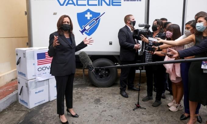 Phó tổng thống Mỹ Kamala Harris chứng kiến trao tặng vaccine Covid-19 cho Việt Nam tại Viện Vệ sinh Dịch tễ Trung ương hôm 26/8. Ảnh: Reuters.