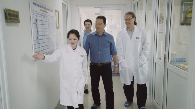 TS Bùi Thanh Duyên làm việc cùng các chuyên gia tai phòng nghiên cứu. Ảnh: NVCC