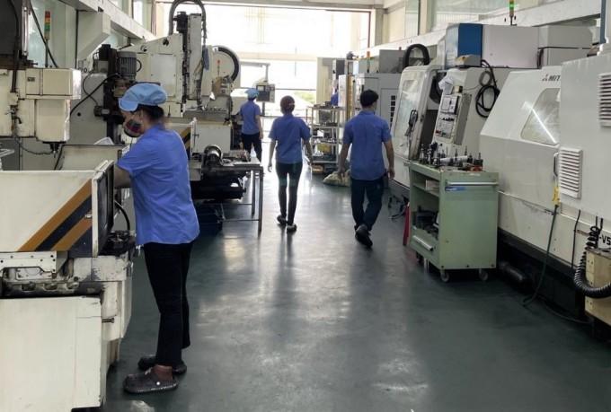 Công nhân Công ty Lập Phúc sản xuất khi nhà máy thực hiện 3 tại chỗ. Ảnh: An Phương