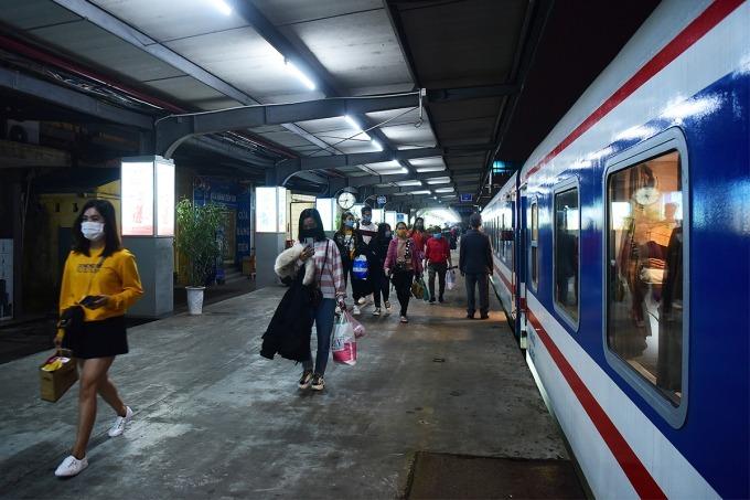 Hành khách đi tàu tại ga Hà Nội trước đợt dịch thứ 4. Ảnh: Giang Huy.