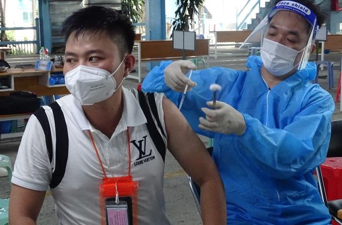 Người dân tiêm vaccine mũi 2 tại điểm tiêm Đại học Công nghiệp TP HCM, quận Gò Vấp, sáng 4/10. Ảnh: Hà An