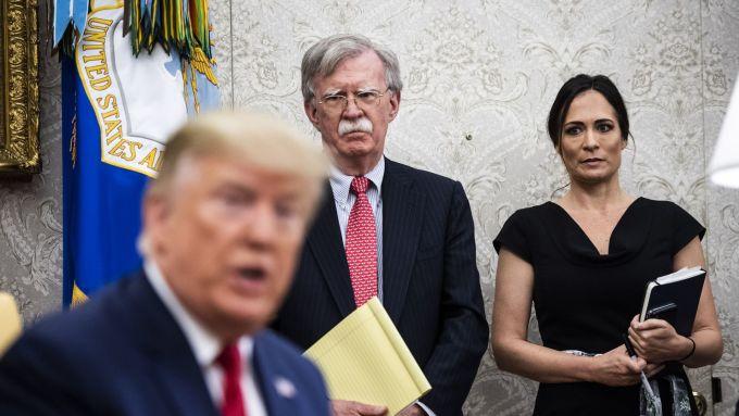 Cựu thư ký báo chí Nhà Trắng Stephanie Grisham (ngoài cùng bên phải) trong một cuộc họp báo của cựu tổng thống Mỹ Donald Trump năm 2019. Ảnh: Washington Post.