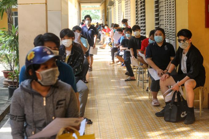 Người dân phường Phú Hữu, TP Thủ Đức theo dõi sức khỏe sau khi tiêm, ngày 15/8. Ảnh: Thành Nguyễn
