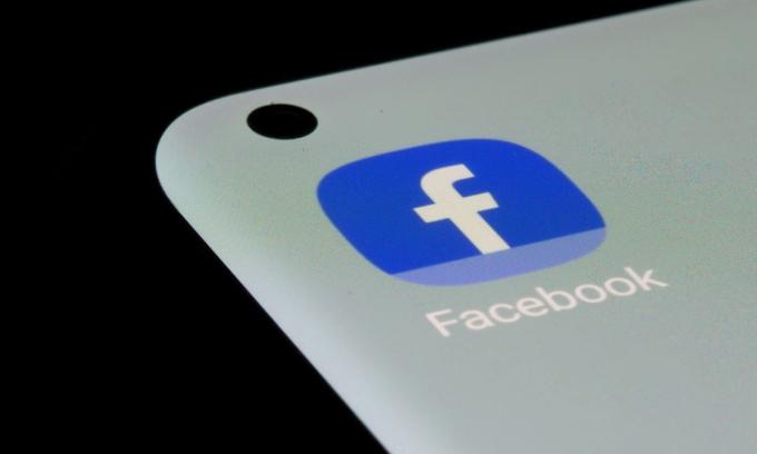 Ảnh chụp ứng dụng Facebook trên một màn hình điện thoại thông minh ngày 13/7. Ảnh: Reuters.