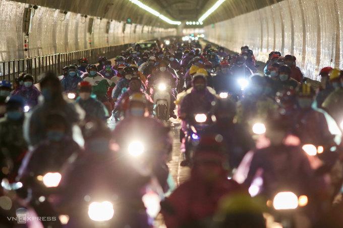 Người dân di chuyển qua hầm Hải Vân, đêm ngày 6/10. Ảnh: Nguyễn Đông