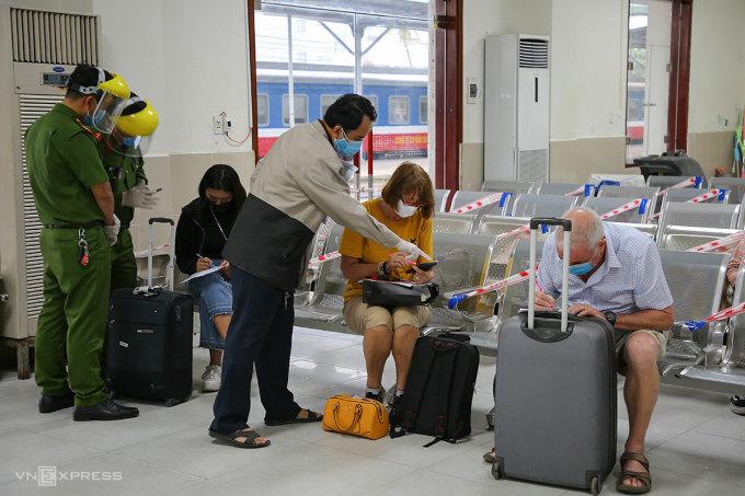 Lực lượng chức năng hỗ trợ hành khách khai báo y tế khi đến ga Đà Nẵng, hôm 24/5. Ảnh: Nguyễn Đông