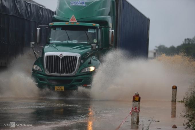 Mưa lớn khiến đường tránh TP Huế có nhiều đoạn bị ngập úng. Ảnh: Võ Thạnh