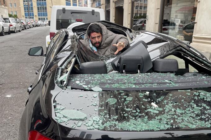 Hiện trường người đàn ông rơi từ tầng 9 xuống nóc xe ôtô ở bang New Jersey, Mỹ hôm 6/10. Ảnh: Twitter/Christinaabri.