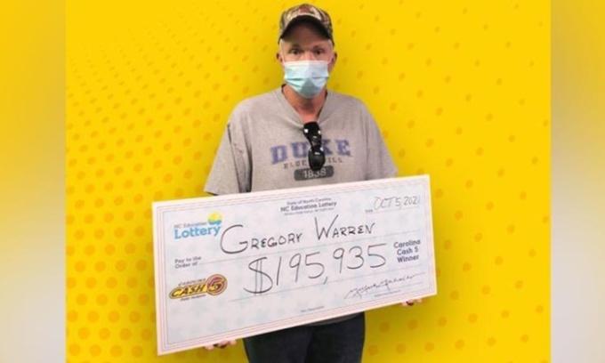 Gregory Warren khi nhận giải hôm 5/10. Ảnh: North Carolina Education Lottery.