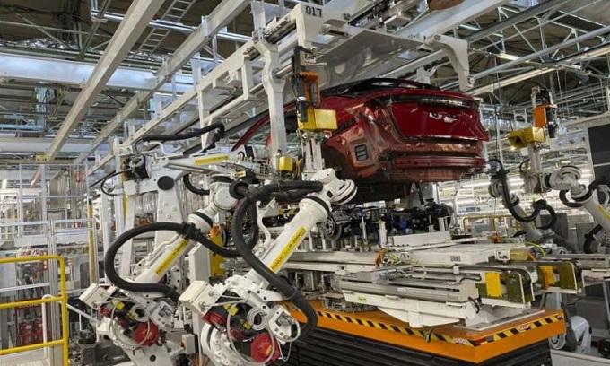 Cánh tay robot lắp ráp hệ truyền động cho xe điện ở nhà máy Togichi. Ảnh: AP