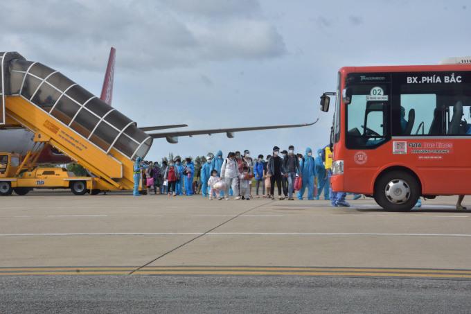 Chuyến bay đón phụ nữ mang thai từ TP HCM về Huế. Ảnh: Vạn An