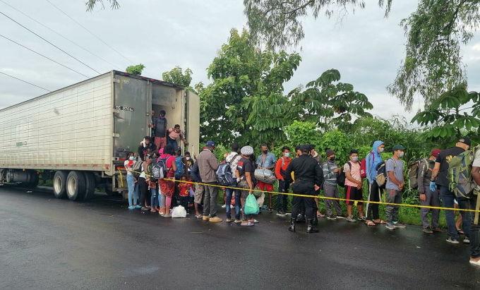 Người di cư được đưa khỏi container ở miền nam Guatemala hôm 9/10. Ảnh: Reuters.