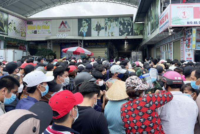 Người dân đứng sát nhau chờ tiêm vaccine tại điểm tiêm phường Thuận Giao, ngày 11/10. Ảnh: Thái Hà