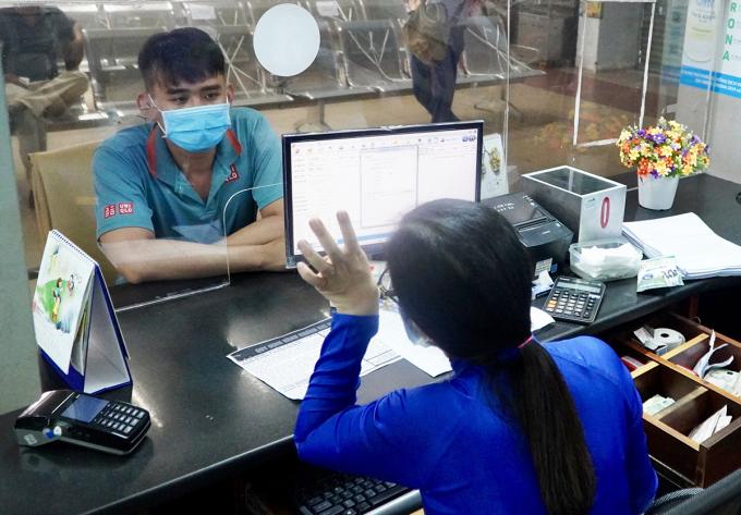 Khách mua vé tàu tại ga Sài Gòn (TP HCM), sáng 12/10. Ảnh: Gia Minh