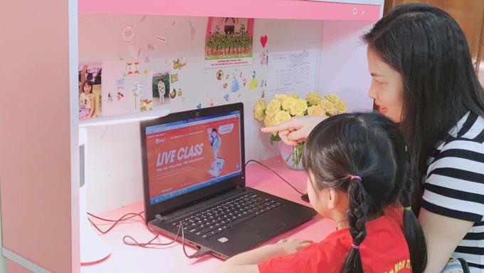 Phụ huynh đồng hành cùng con học online.