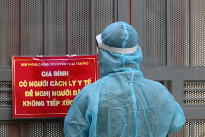Biển cảnh báo gia đình có người cách ly y tế tại xã Tân Phú, huyện Quốc Oai hồi tháng 7. Ảnh: Võ Hải.