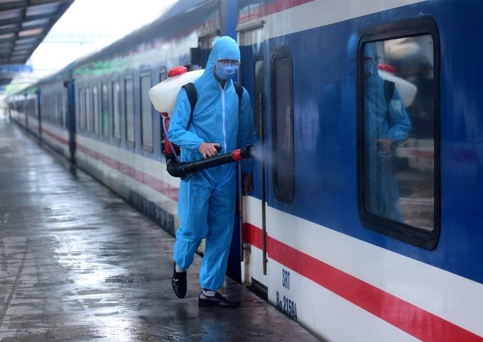 Khử khuẩn tàu tại ga Hà Nội. Ảnh: Giang Huy.