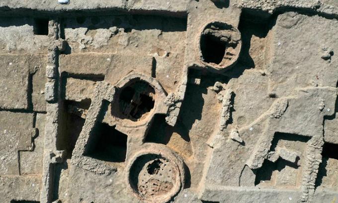Góc nhìn từ trên cao của ba lò dung dùng làm để làm ấm rượu. Ảnh: AFP