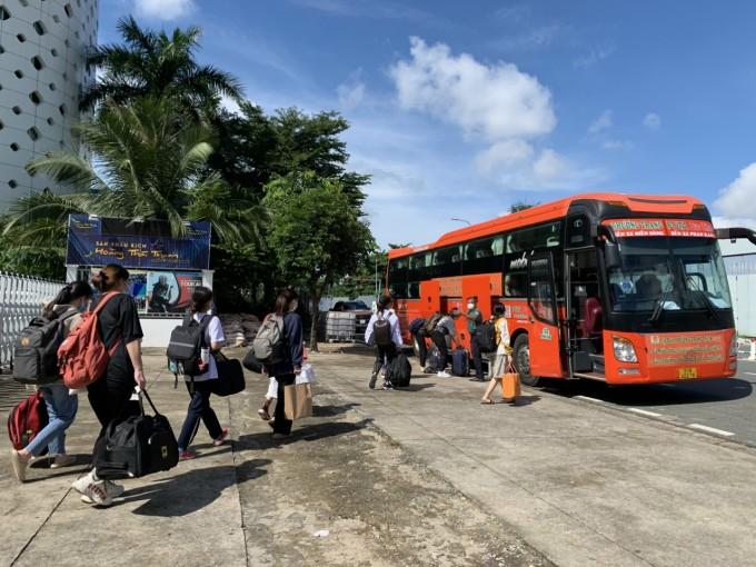 Tỉnh đoàn Bình Dương tổ chức chuyến xe yêu thương đưa sinh viên từ TP.Hồ Chí Minh về Bình Dương
