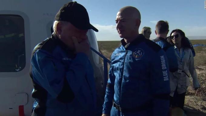 William Shatner (trái) bật khóc bên cạnh tỷ phú Jeff Bezos sau khi hạ cánh xuống sa mạc ở Texas, Mỹ hôm 13/10. Ảnh: Blue Origin.