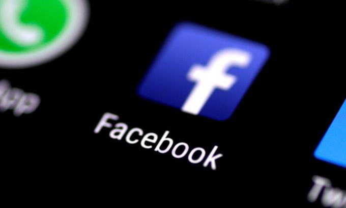 Ứng dụng Facebook trên một màn hình điện thoại được chụp vào tháng 8/2017. Ảnh: Reuters.